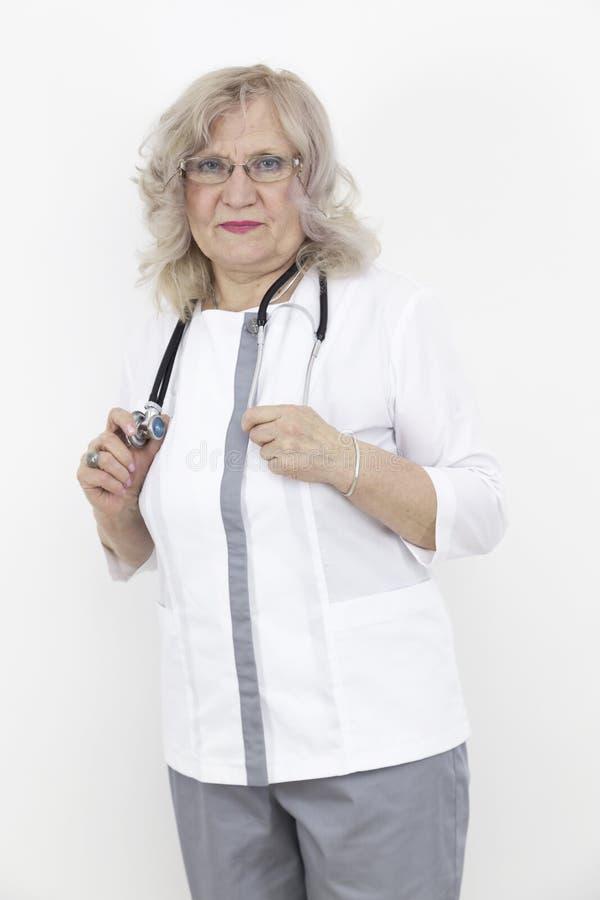 Ältere Ärztin mit einem Stethoskop lizenzfreie stockfotos