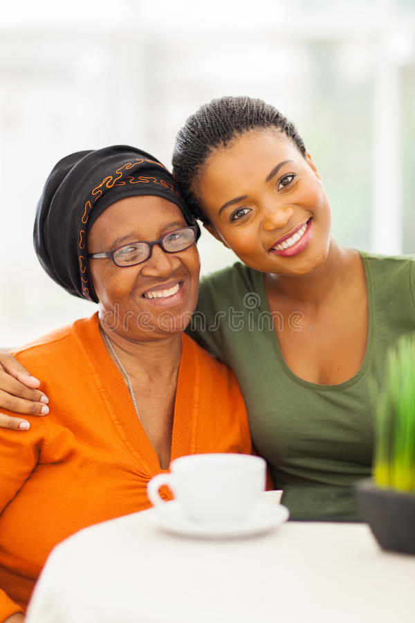 Ältere afrikanische Frauentochter stockbild