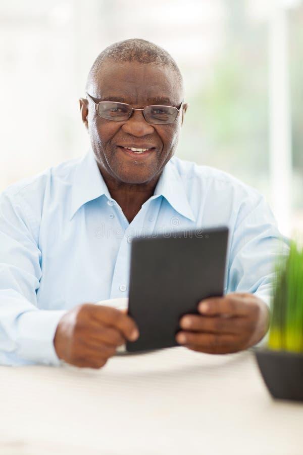 Ältere afrikanische Manntablette stockfotografie