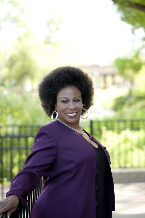 Ältere Afroamerikaner-Frau im Freien lizenzfreies stockfoto