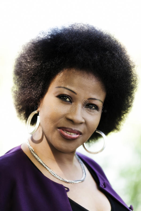Ältere Afroamerikaner-Frauen-Porträt-Purpur-Spitze im Freien lizenzfreie stockfotos
