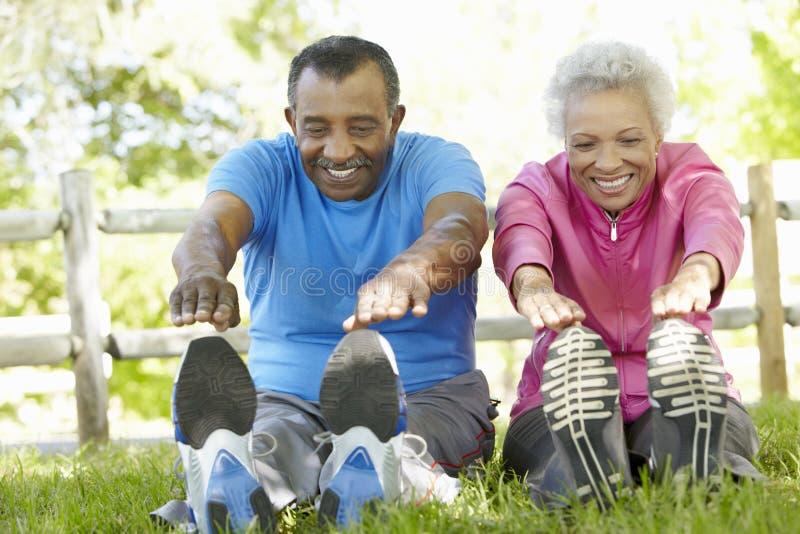 Ältere Afroamerikaner-Paare, die im Park trainieren stockfotografie