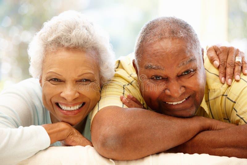 Ältere Afroamerikanerpaare zu Hause lizenzfreie stockfotos