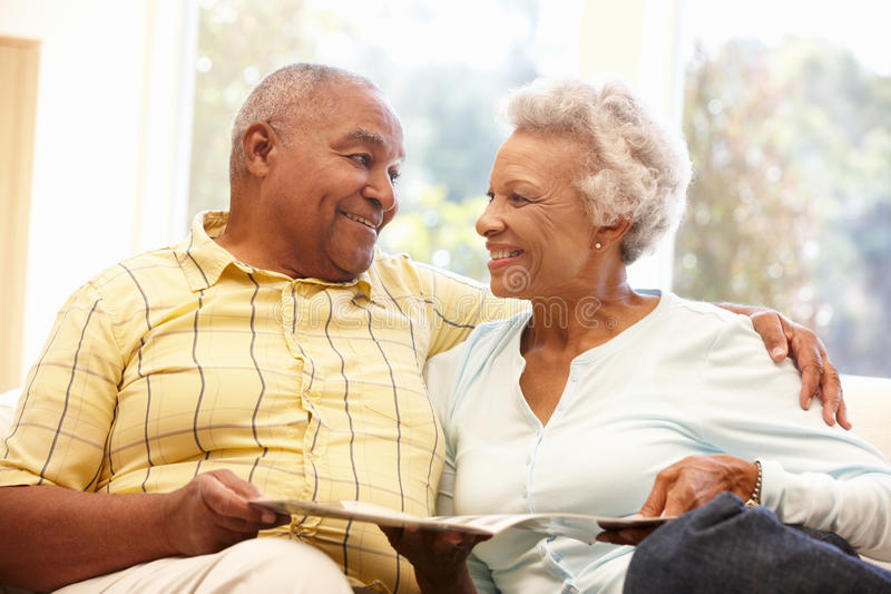 Ältere Afroamerikanerpaarlesung lizenzfreies stockfoto
