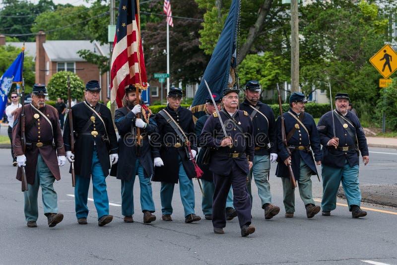 Ältere alte uniformierte Soldaten Bürgerkriegära Veterans in USA-Armee alle weißen Männer gehen in Bildung lizenzfreies stockfoto
