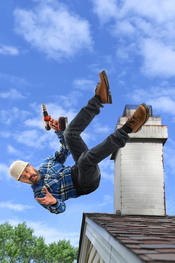 Ältere Arbeitskraft, die vom Dach fällt lizenzfreie stockfotos