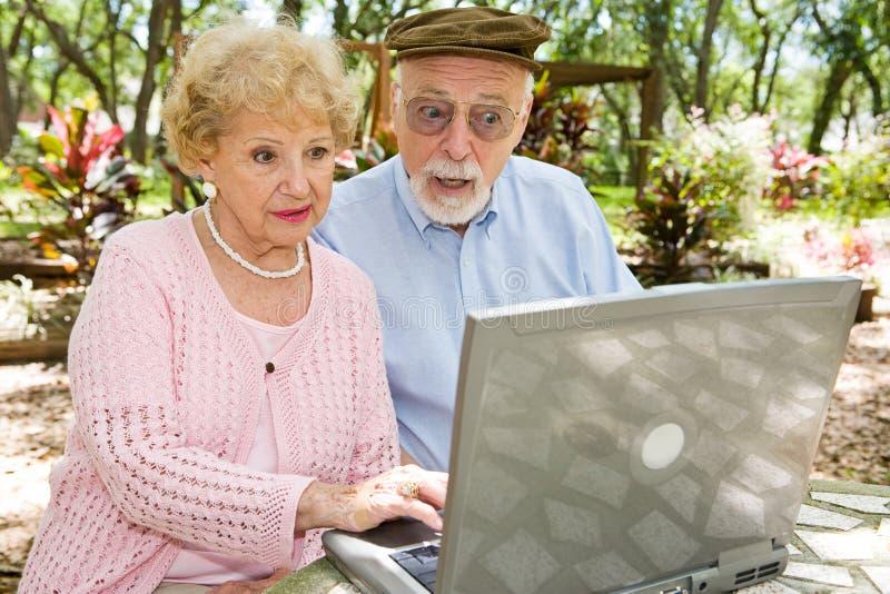 Ältere auf Computer - Schlag stockfotos