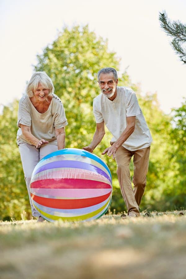 Ältere Bürger Vitale, die mit einer großen Tasche spielen stockbild