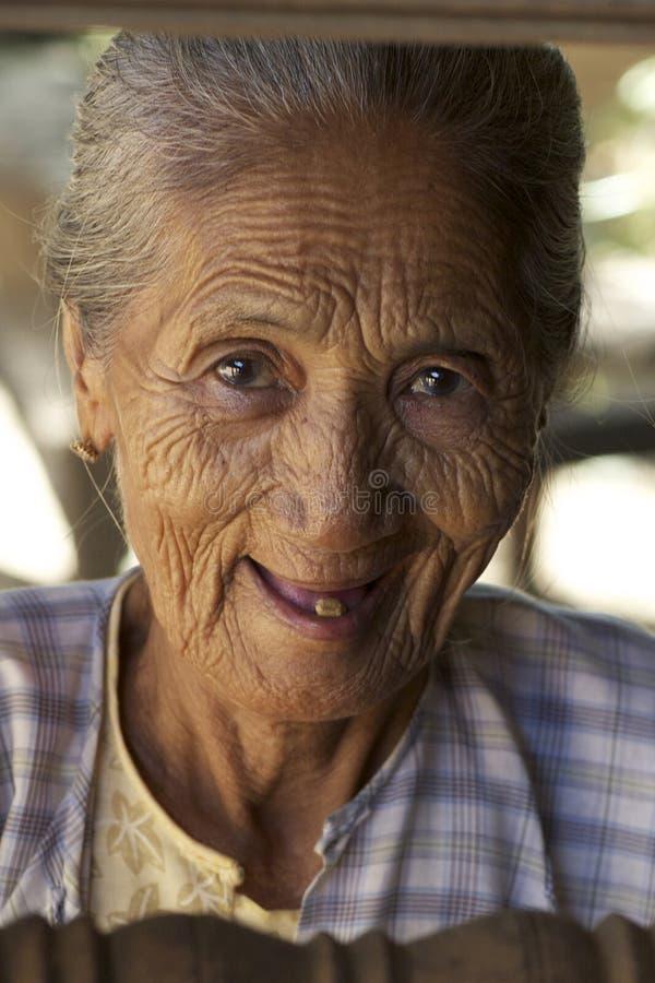 Ältere birmanische Frau stockfotos