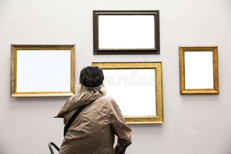 Ältere Dame in Art Gallery stockfoto