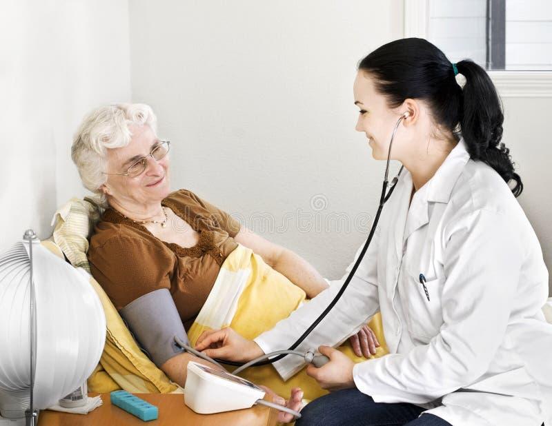 Ältere Dame, die Blutdruckcheck hat lizenzfreie stockbilder