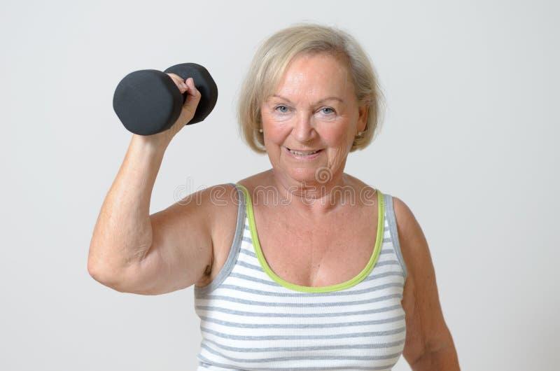 Ältere Dame, die einen Dummkopf hält stockbild