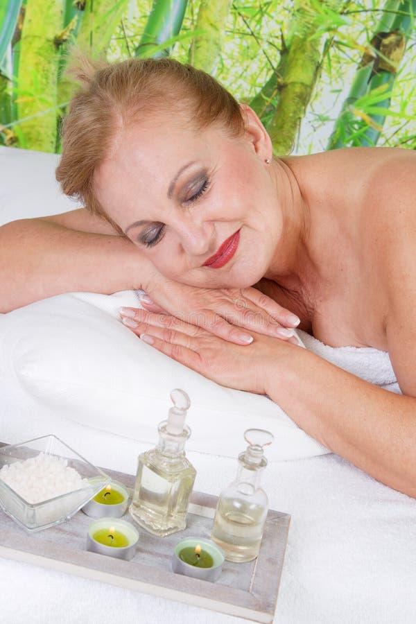 Ältere Dame, die im Badekurort sich entspannt stockbilder