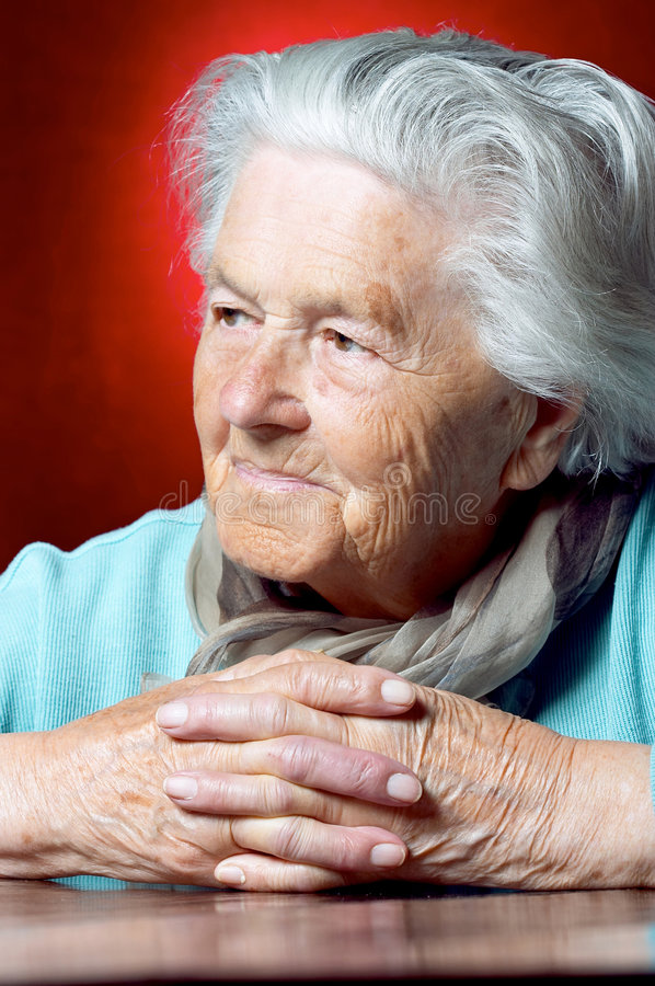 Ältere Dame, die weg schaut lizenzfreies stockfoto