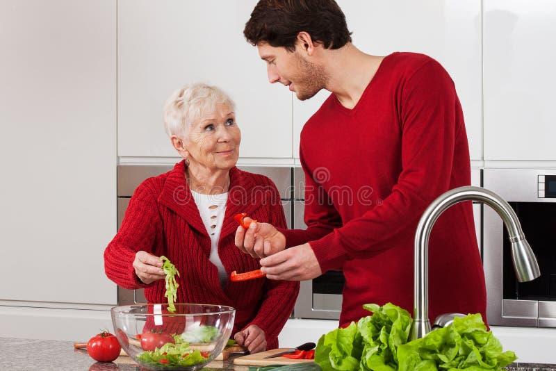 Ältere Dame mit ihrem Sohn lizenzfreie stockfotografie