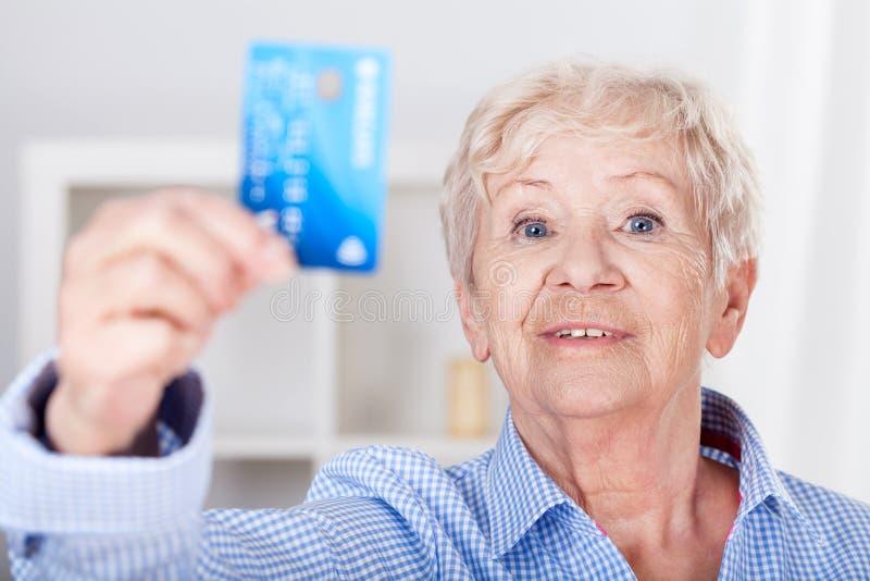 Ältere Dame mit Kreditkarte lizenzfreie stockfotografie