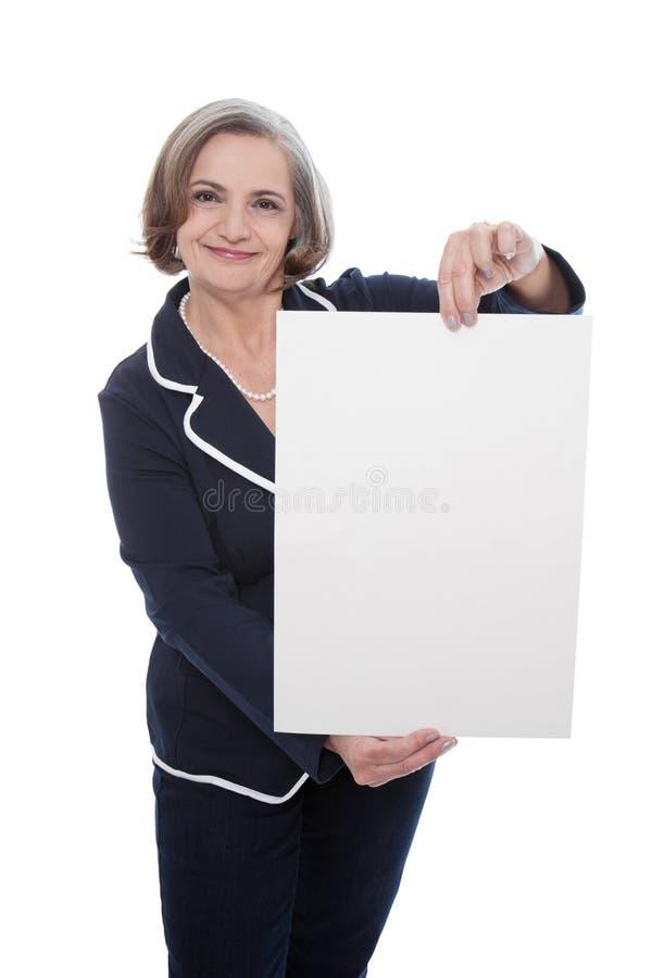 Ältere Dame mit leerem Brett - ältere Frau lokalisiert auf weißem BAC lizenzfreie stockfotos