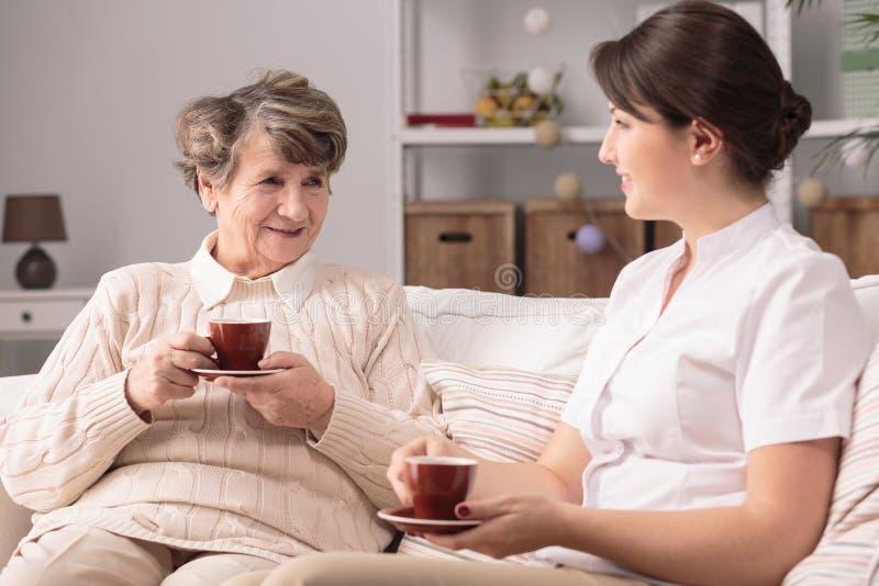 Ältere Dame mit Pflegekraft stockfotografie