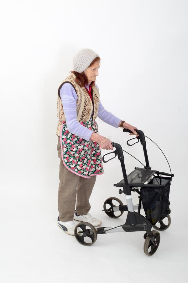 Ältere Dame mit rollator lizenzfreie stockfotografie