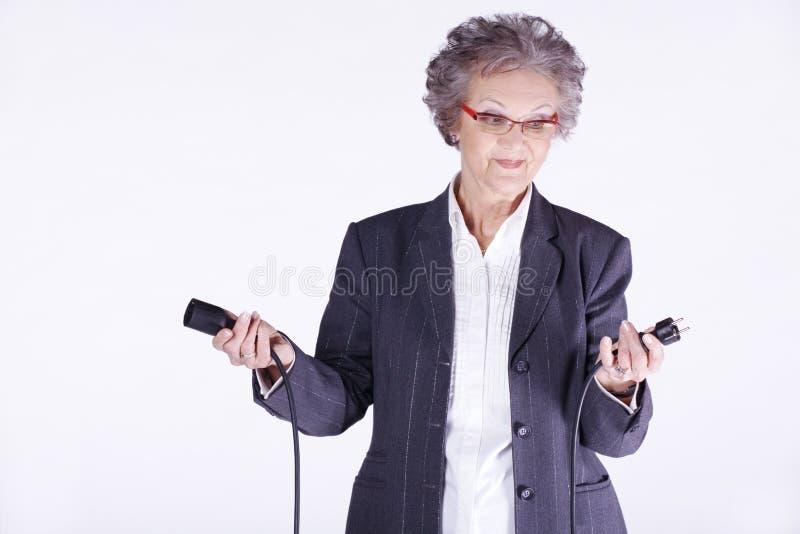 Ältere Dame mit Stromkabel lizenzfreie stockbilder