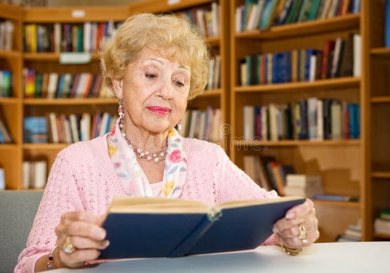 Ältere Dame Reading stockfotos