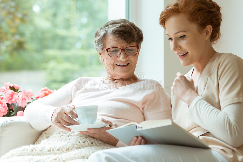 Ältere Dame während der Freizeit stockbild