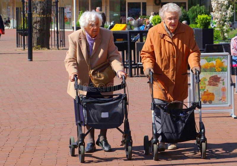 Ältere Damen sind, kaufend gehend und mit rollators, die Niederlande lizenzfreie stockfotografie