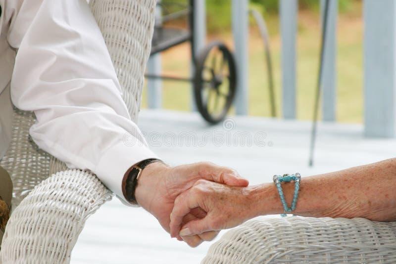 Ältere, die Hände anhalten lizenzfreie stockfotos
