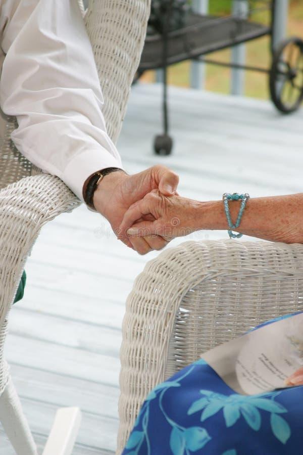 Ältere, die Hände anhalten stockfoto