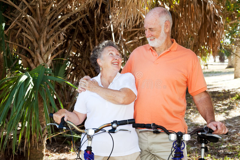 Ältere, die zusammen radfahren stockfoto