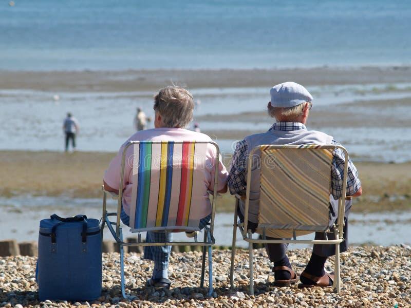 Ältere durch das Meer stockbild