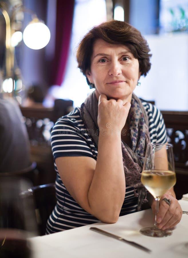 Ältere einsame Frau am Abendessen im Restaurant lizenzfreies stockfoto