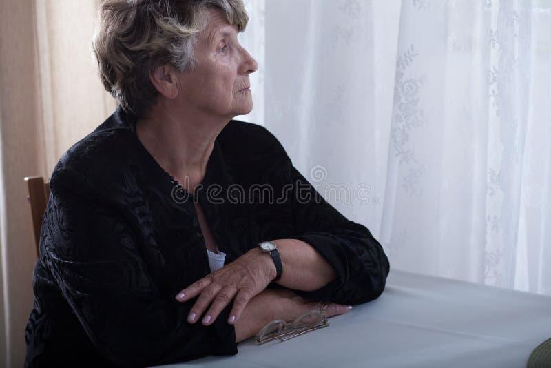 Ältere einsame Witwenvermisste stockbild