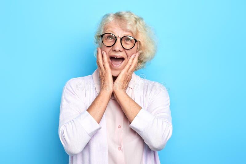 Ältere emotionale Doktorfrau erschrocken mit der Furcht, schreiend im Schock Panikkonzept lizenzfreie stockfotos