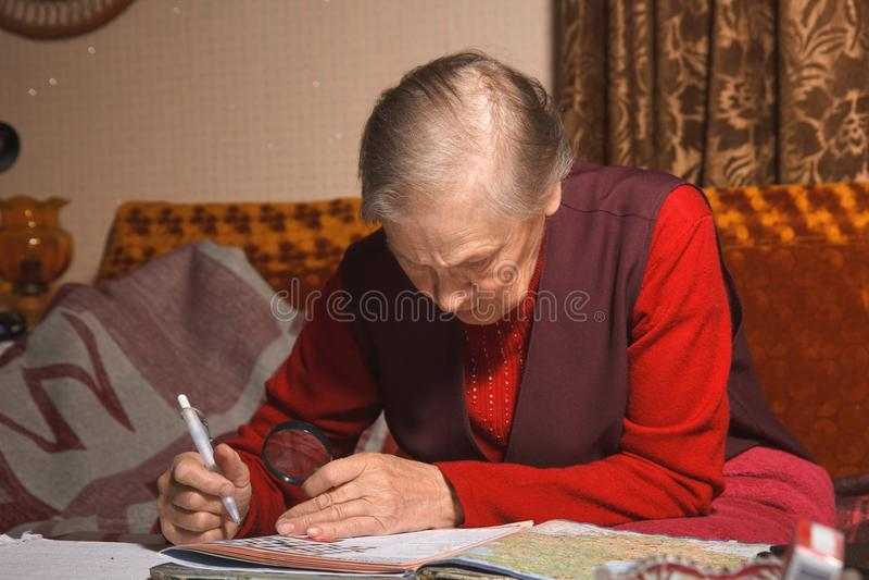 Ältere entspannende Frauen lizenzfreie stockfotos