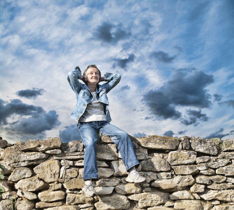 Ältere erwachsene Entspannung lizenzfreie stockfotos