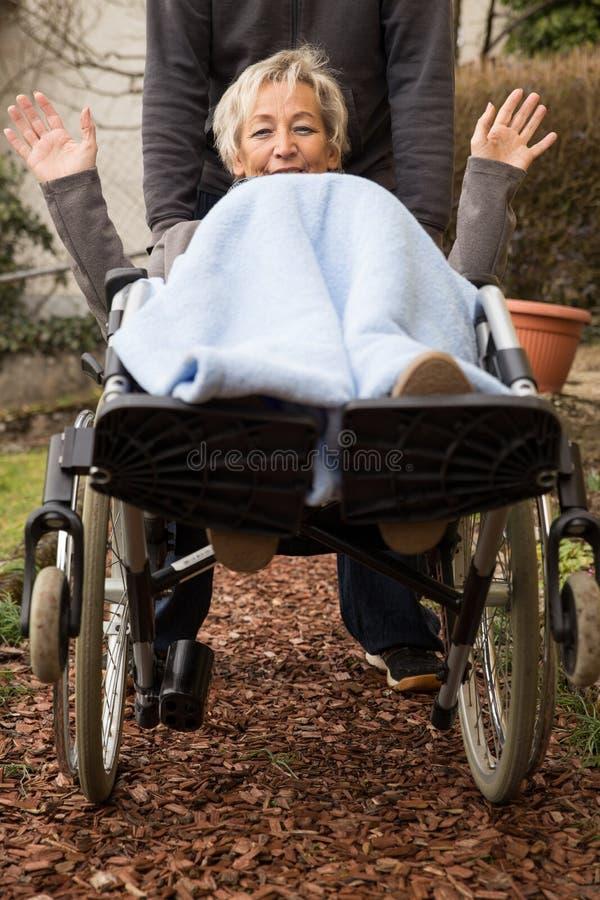 Ältere erwachsene Frau im Rollstuhl stockfoto