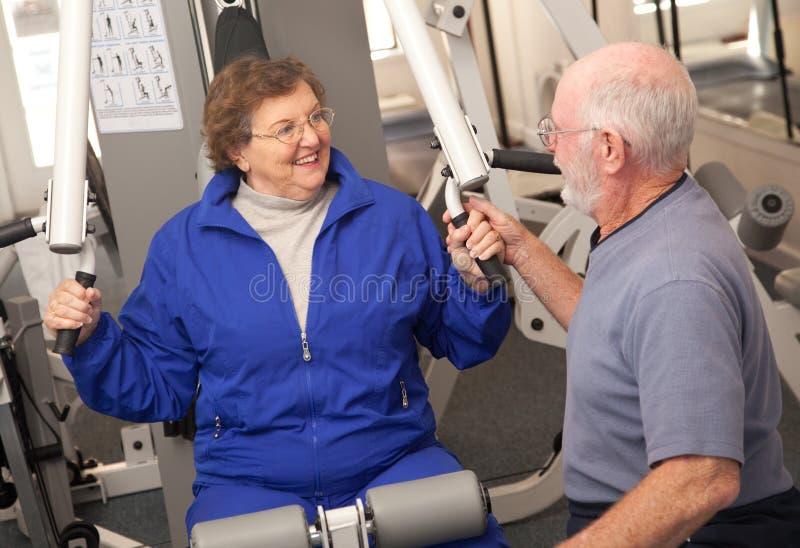 Ältere erwachsene Paare in der Gymnastik lizenzfreie stockfotos