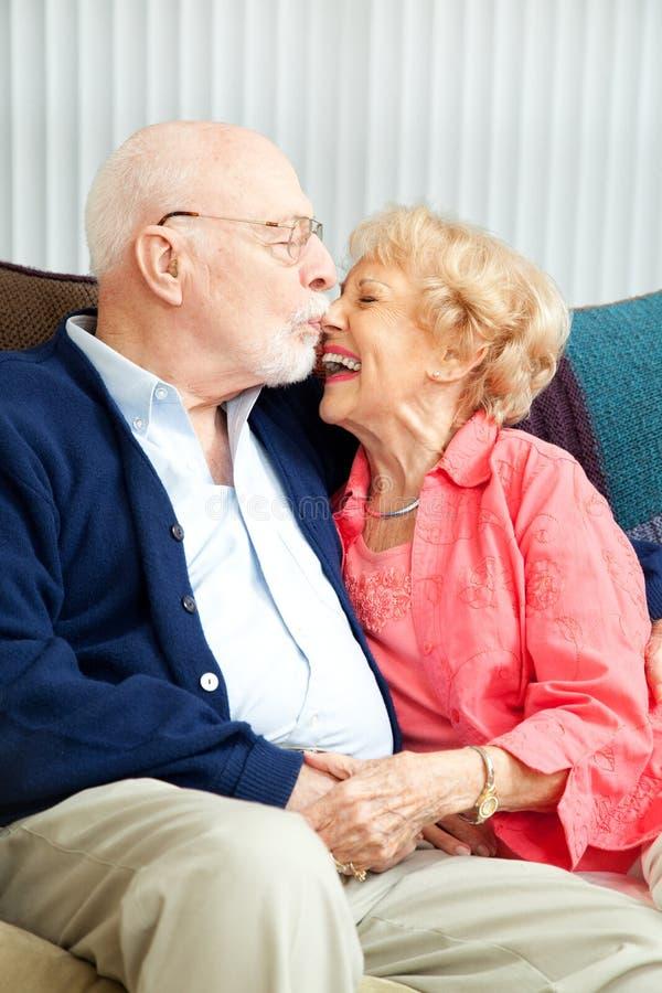 Ältere flirtende und lachende Paare lizenzfreie stockbilder