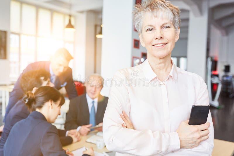 Ältere Frau als Geschäftsfrau lizenzfreie stockfotografie