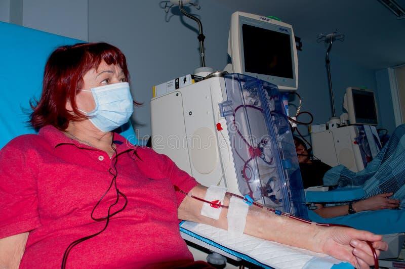 Ältere Frau auf Dialyse im Krankenhaus stockbild