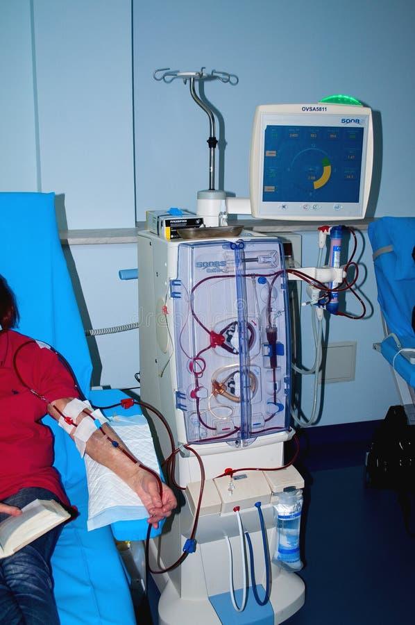 Ältere Frau auf Dialyse im Krankenhaus stockfoto