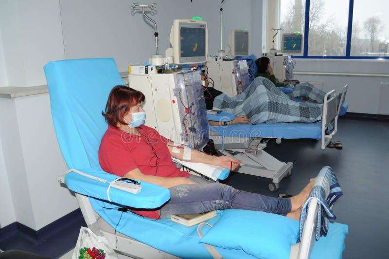 Ältere Frau auf Dialyse im Krankenhaus lizenzfreies stockbild