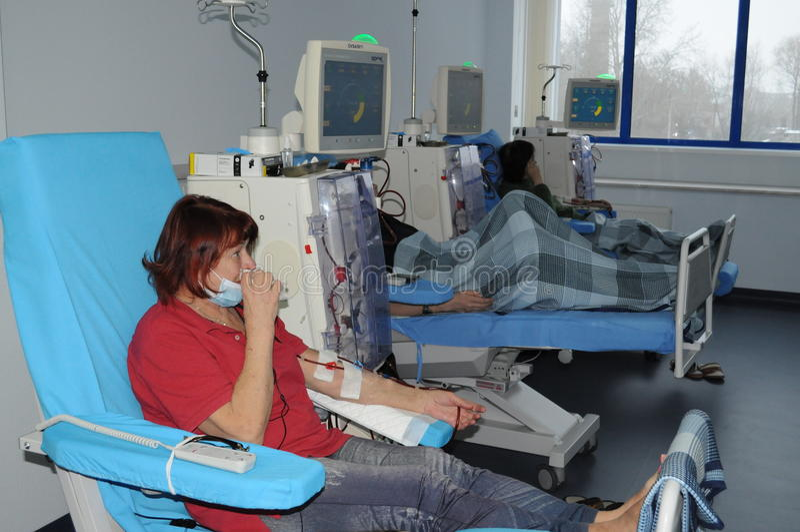 Ältere Frau auf Dialyse im Krankenhaus lizenzfreie stockfotos