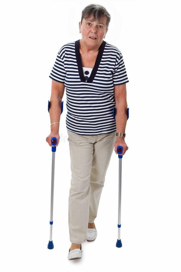 Ältere Frau auf Krückeen lizenzfreies stockbild
