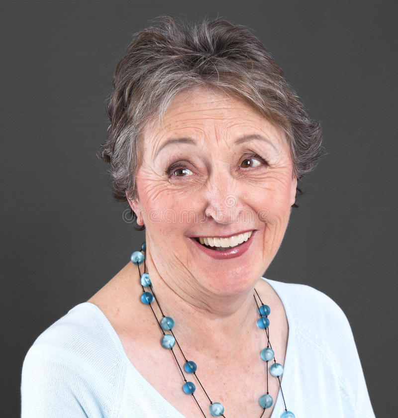 Ältere Frau, die - ältere Frau lokalisiert auf schwarzem backgroun lacht stockbilder