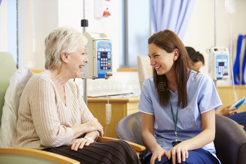 Ältere Frau, die Chemotherapie mit Krankenschwester durchmacht lizenzfreie stockfotos