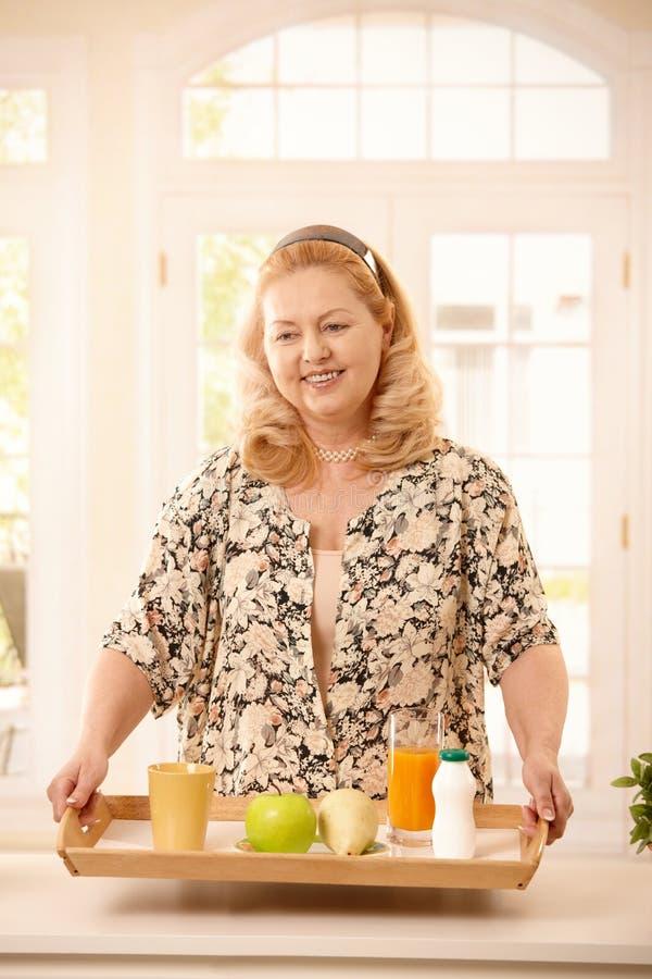 Ältere Frau, die Diät hält stockbild