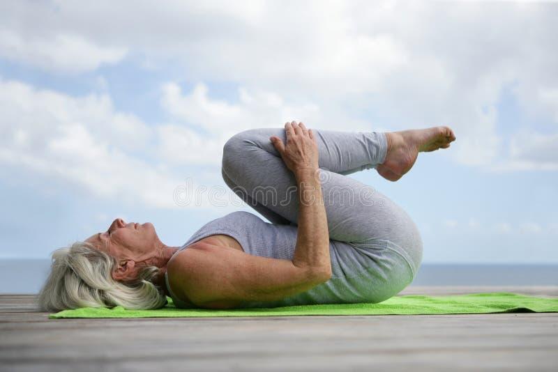 Ältere Frau, die draußen trainiert lizenzfreies stockbild