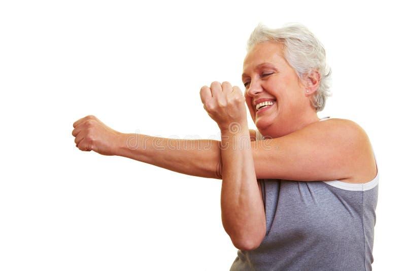 Ältere Frau, die Eignung tut stockbild